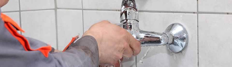 loodgieter bezig in de badkamer